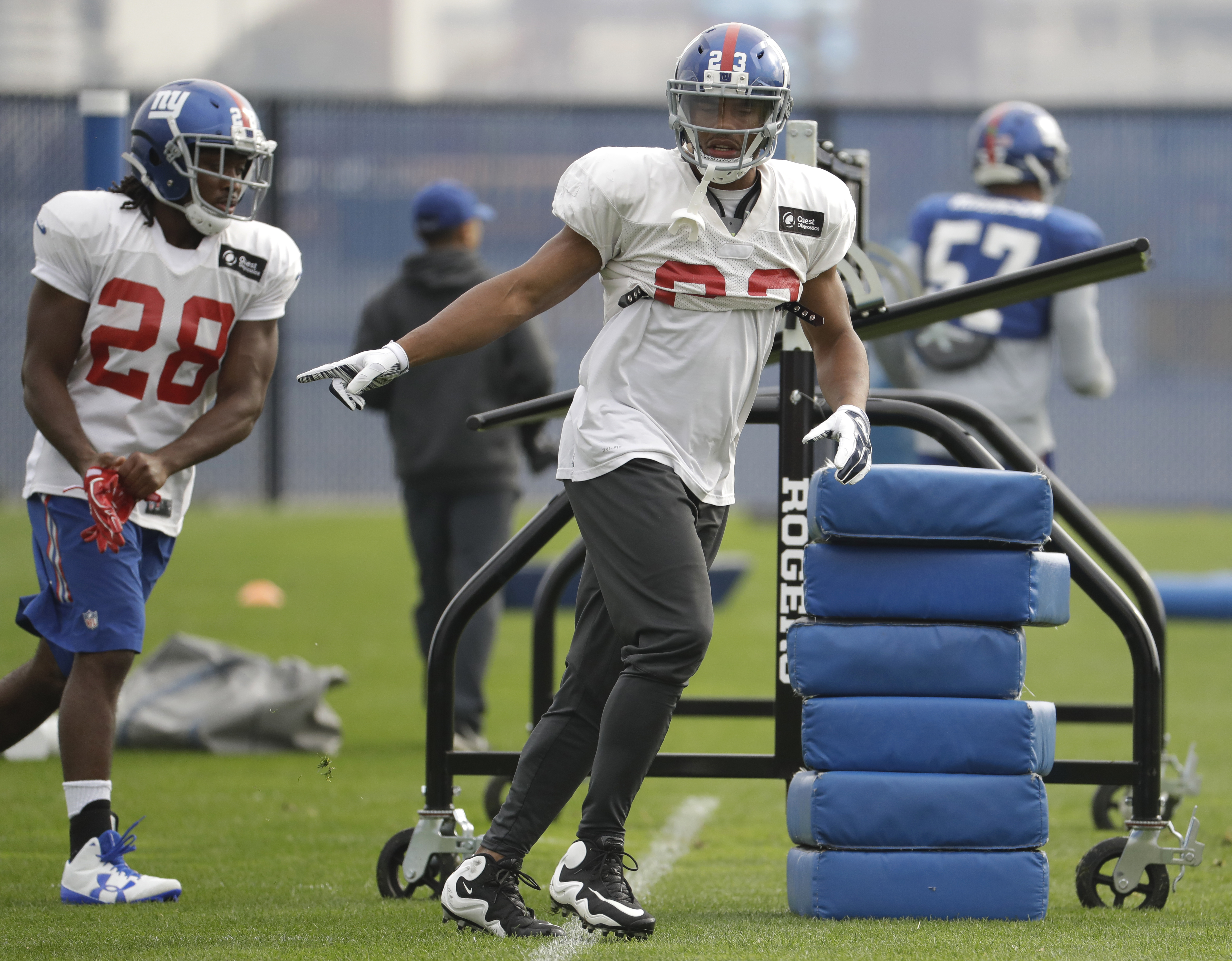 New York Giants running back Rashad Jennings, center, and running back Paul Perkins work out during NFL football practice, Thursday, Nov. 3, 2016, in East Rutherford, N.J. (AP Photo/Julio Cortez)