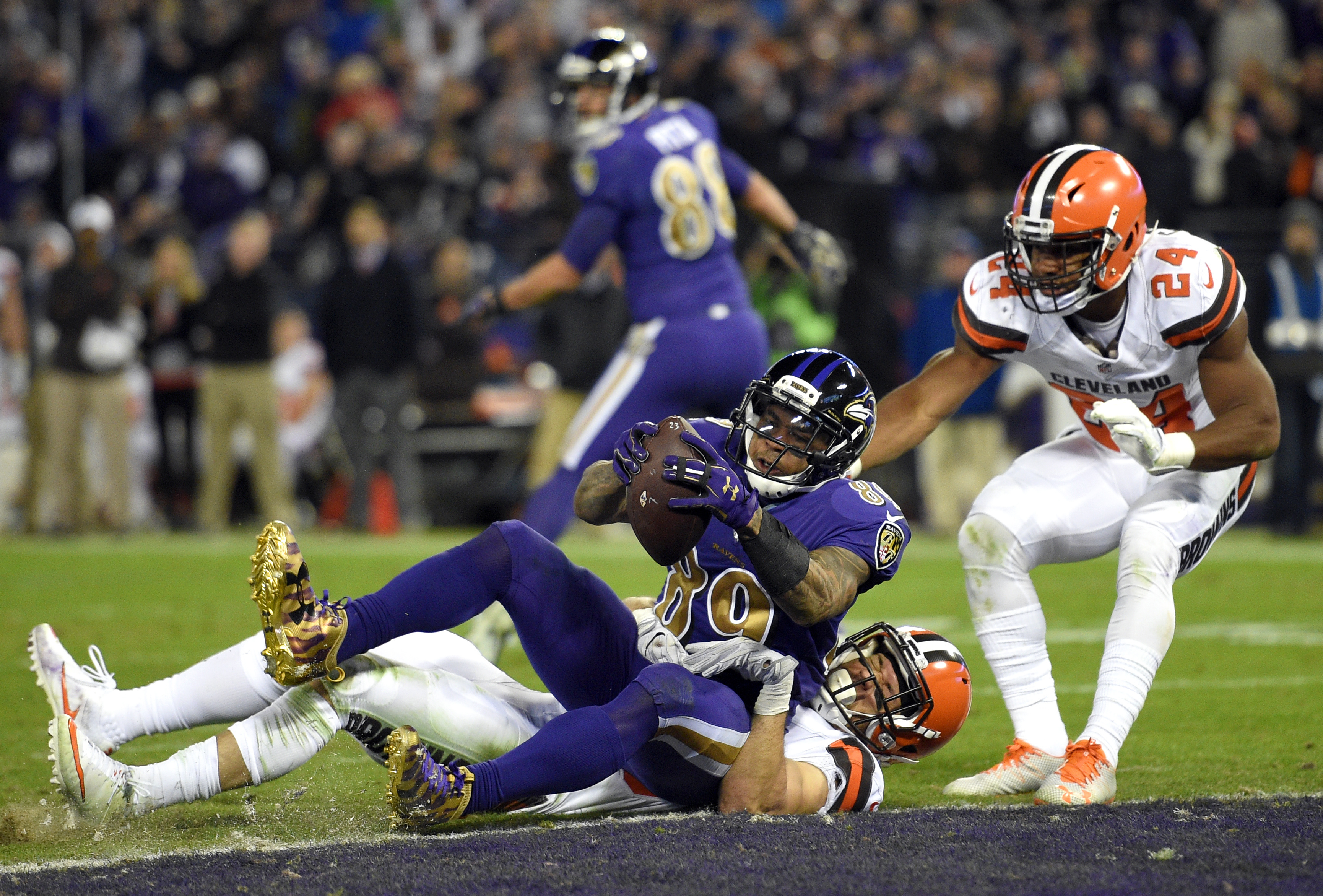 Baltimore Ravens wide receiver Steve Smith (89) scores a touchdown against Cleveland Browns defensive back Ed Reynolds II, bottom, and strong safety Ibraheim Campbell in the second half an NFL football game, Thursday, Nov. 10, 2016, in Baltimore. (AP Phot