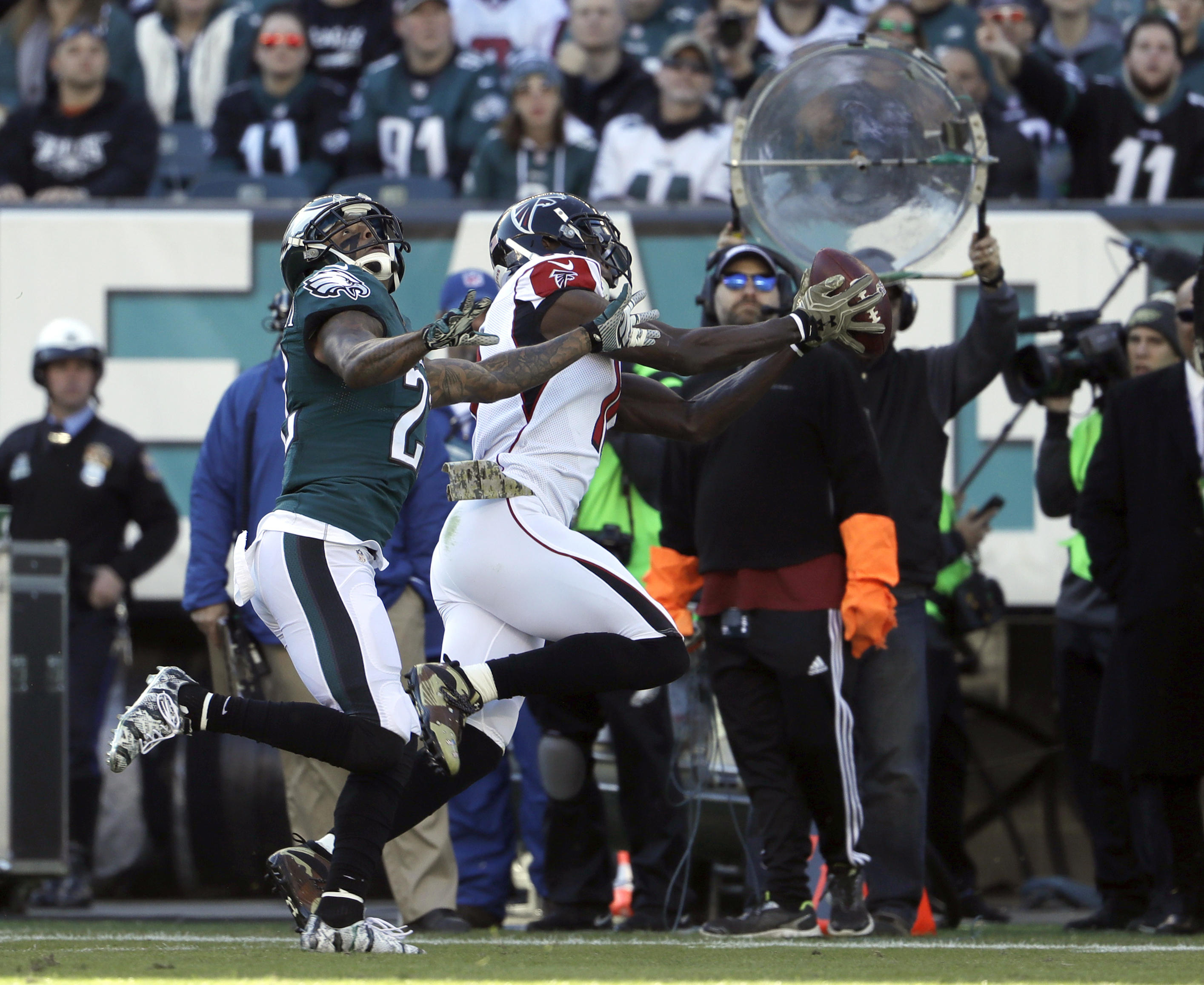 Atlanta Falcons' Julio Jones makes a reception during the first half of an NFL football game against the Philadelphia Eagles, Sunday, Nov. 13, 2016, in Philadelphia. (AP Photo/Matt Rourke)