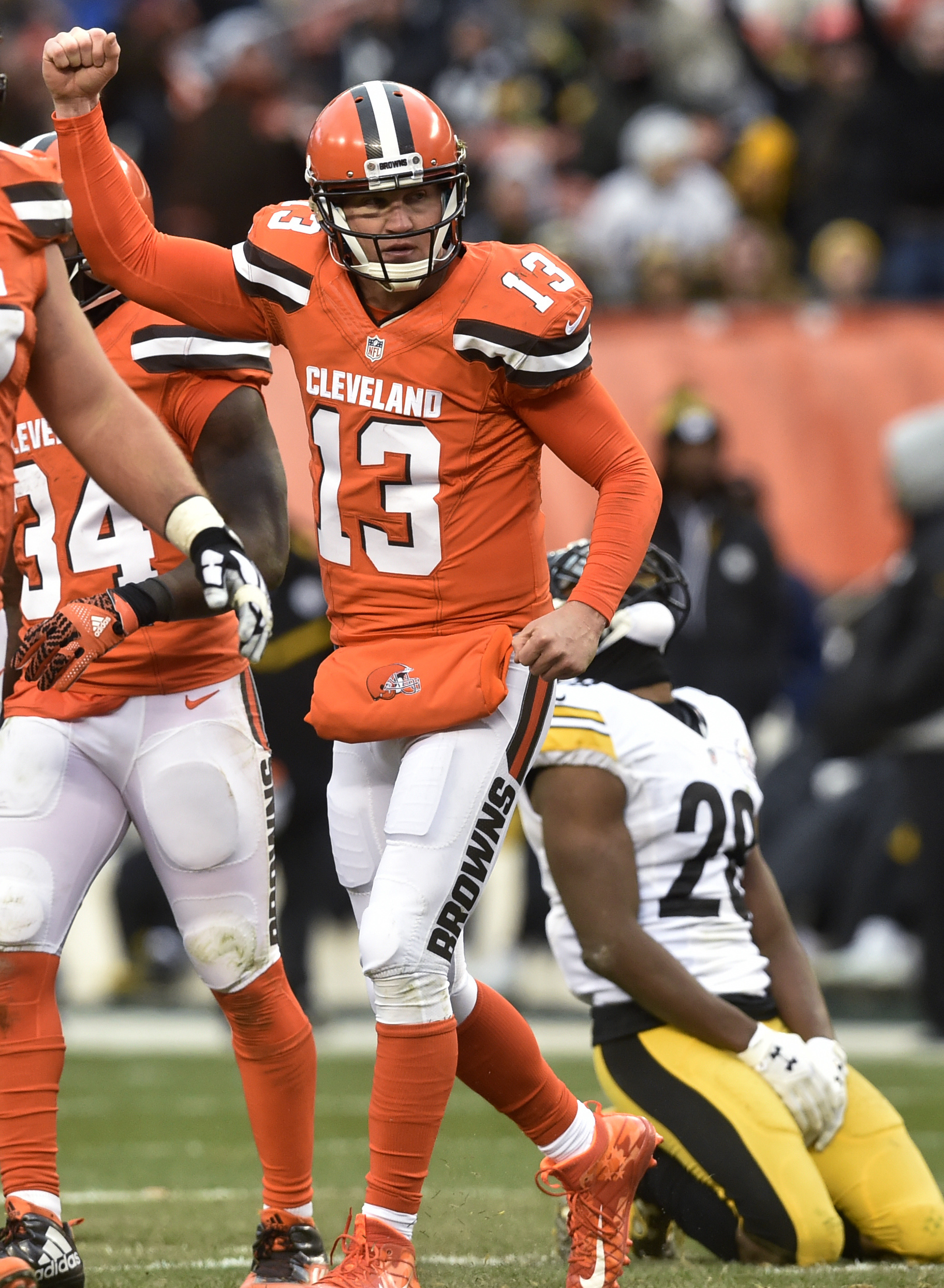 Cleveland Browns quarterback Josh McCown (13) celebrates a touchdown pass to tight end Gary Barnidge (82) during the second half of an NFL football game against the Pittsburgh Steelers in Cleveland, Sunday, Nov. 20, 2016. (AP Photo/David Richard)