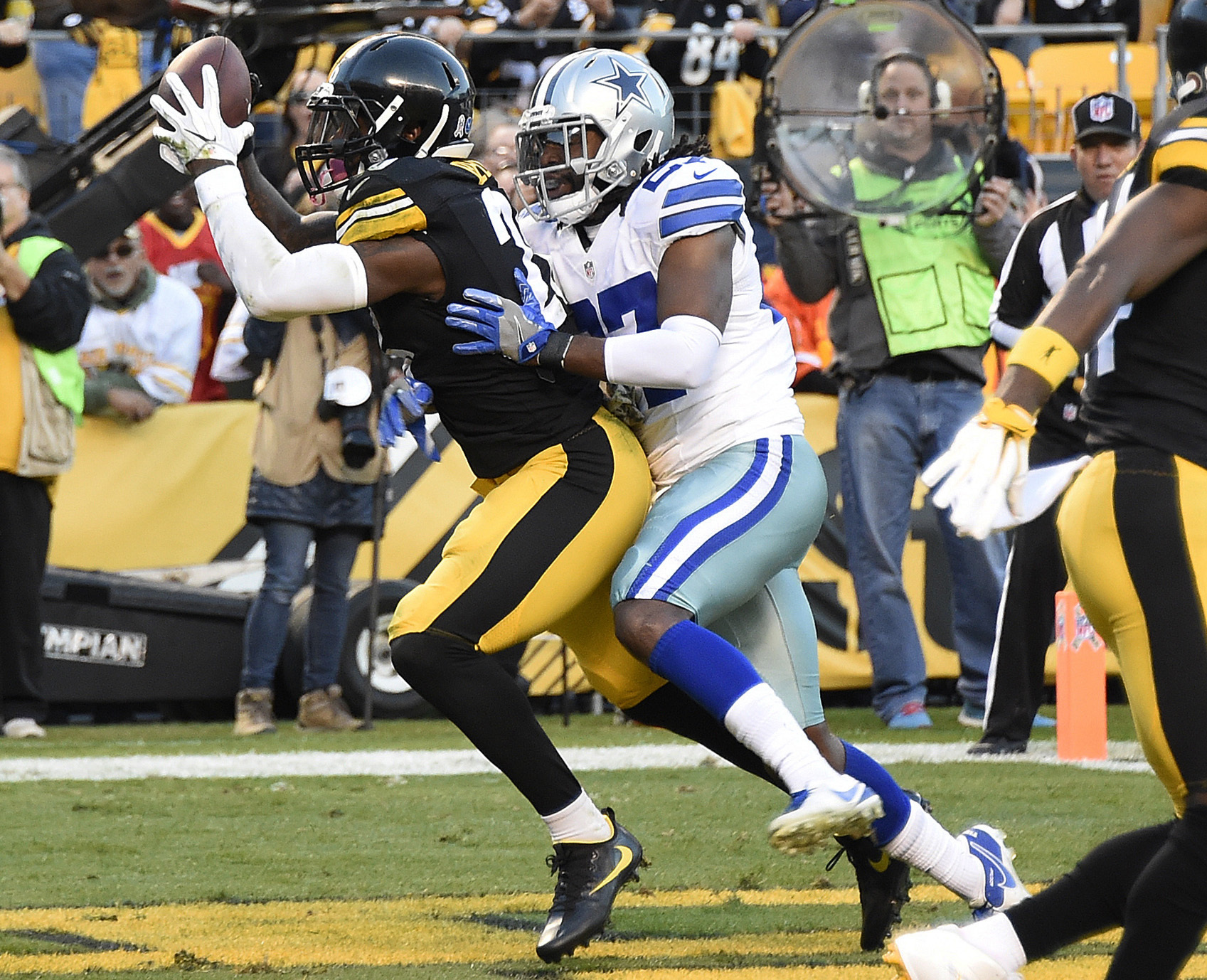 FILE - In this Nov. 13, 2016, file photo, Pittsburgh Steelers running back Le'Veon Bell (26) catches a touchdown pass from quarterback Ben Roethlisberger with Dallas Cowboys free safety J.J. Wilcox (27) defending during the first half of an NFL football g