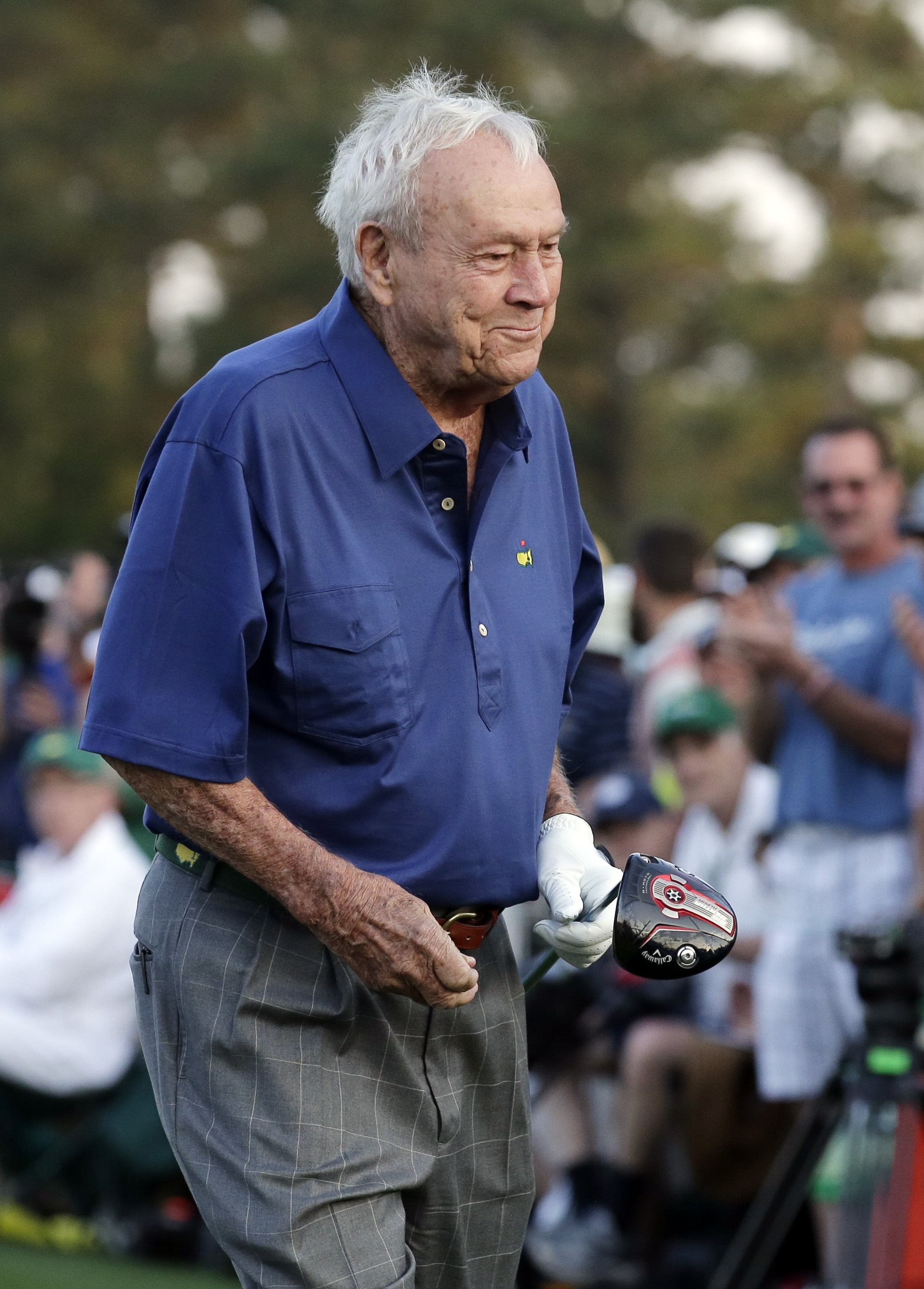 Arnold Palmer walks off the first tee after his honorary tee shot before the first round of the Masters golf tournament Thursday, April 9, 2015, in Augusta, Ga. (AP Photo/Chris Carlson)