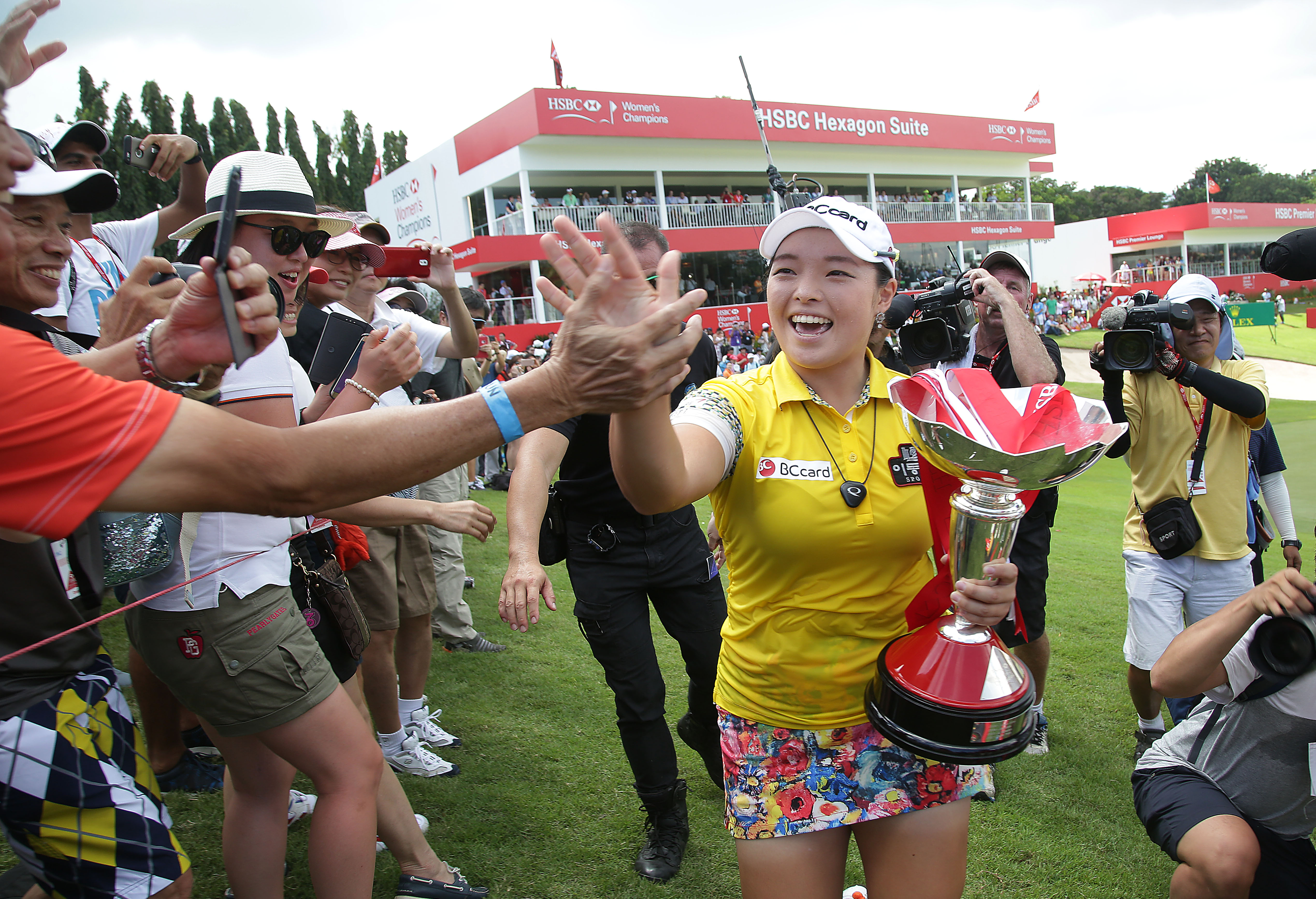 Jang Ha Na of South Korea celebrates with fans after winning the HSBC Women's Champions Golf tournament on Sunday, March 6, 2016, in Singapore. (AP Photo/Wong Maye-E)
