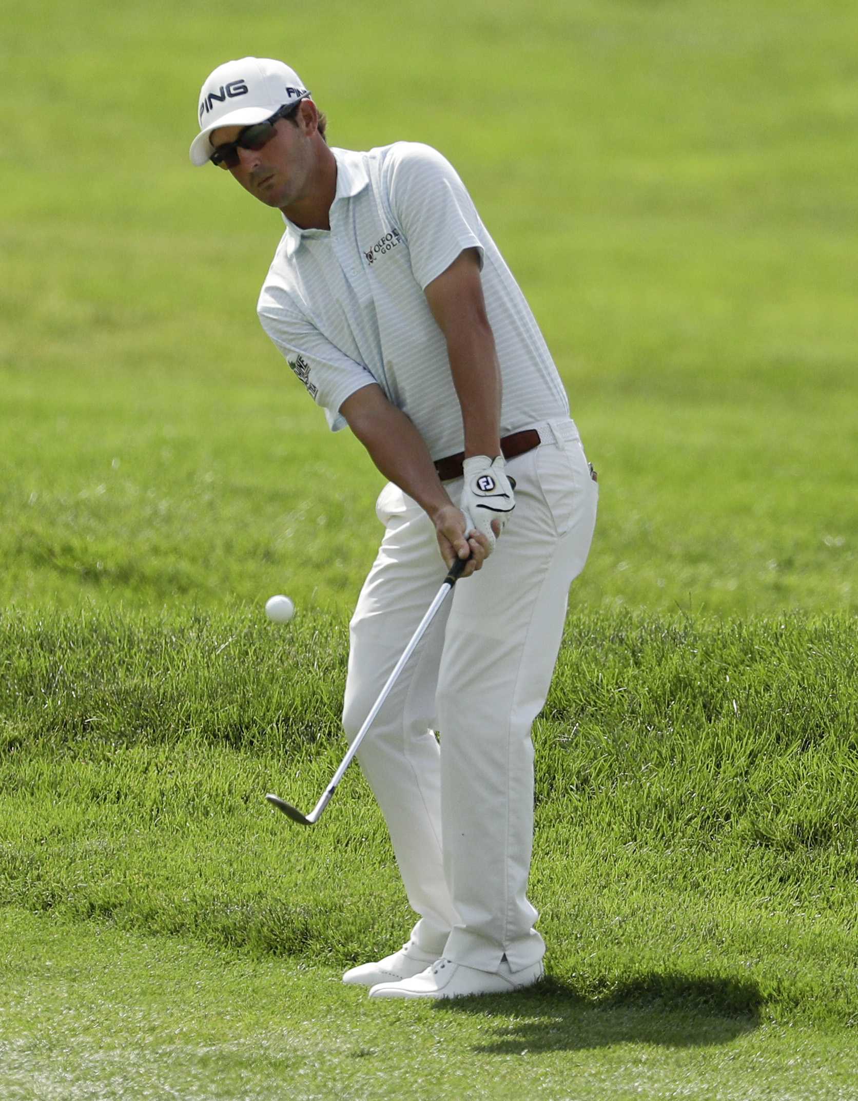 Andrew Landry hits a chip on the first hole during the final round of the U.S. Open golf championship at Oakmont Country Club on Sunday, June 19, 2016, in Oakmont, Pa. (AP Photo/Charlie Riedel)
