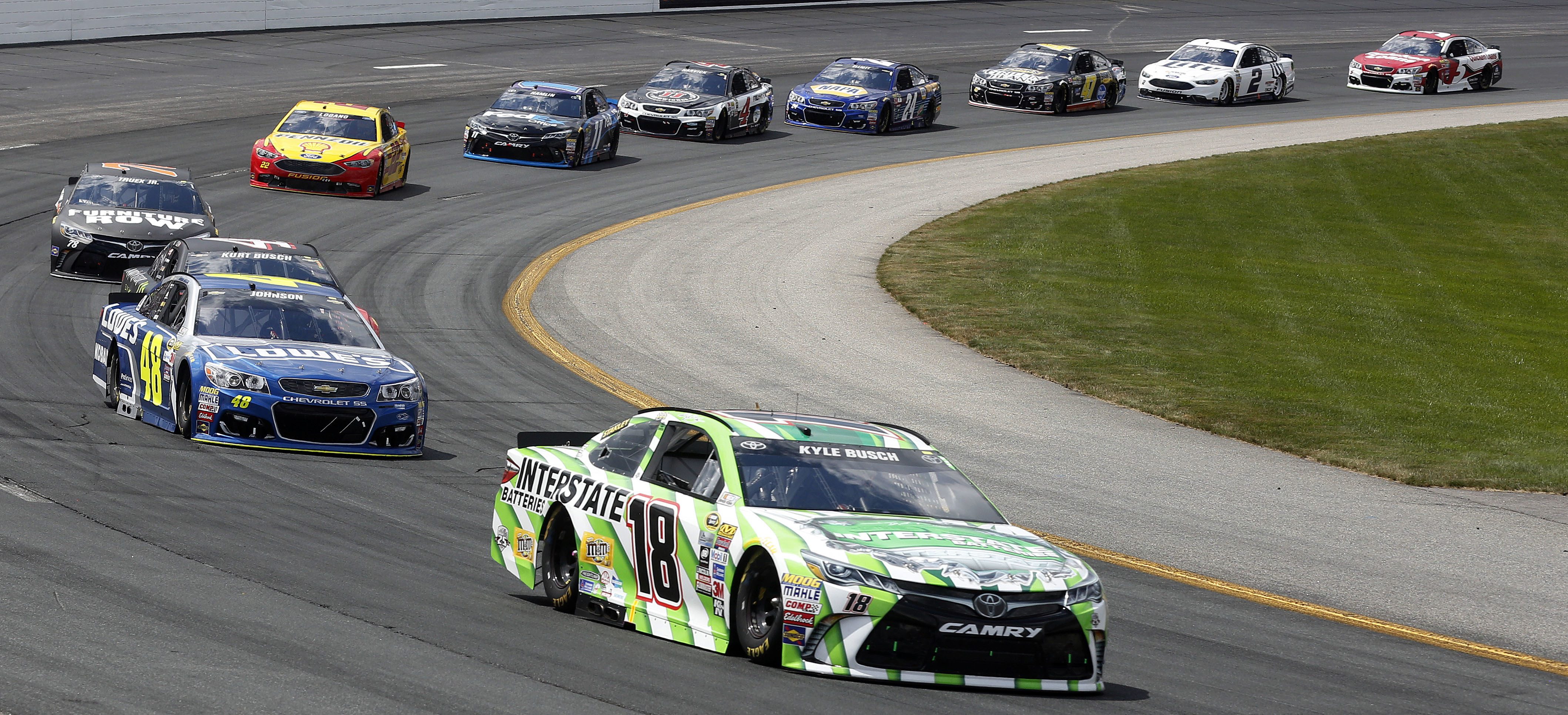 Kyle Busch (18) holds on to an early lead over Jimmie Johnson (48) in the New Hampshire 301 auto race at New Hampshire Motor Speedway Sunday, July 17, 2016, in ,NH (AP Photo/Jim Cole)
