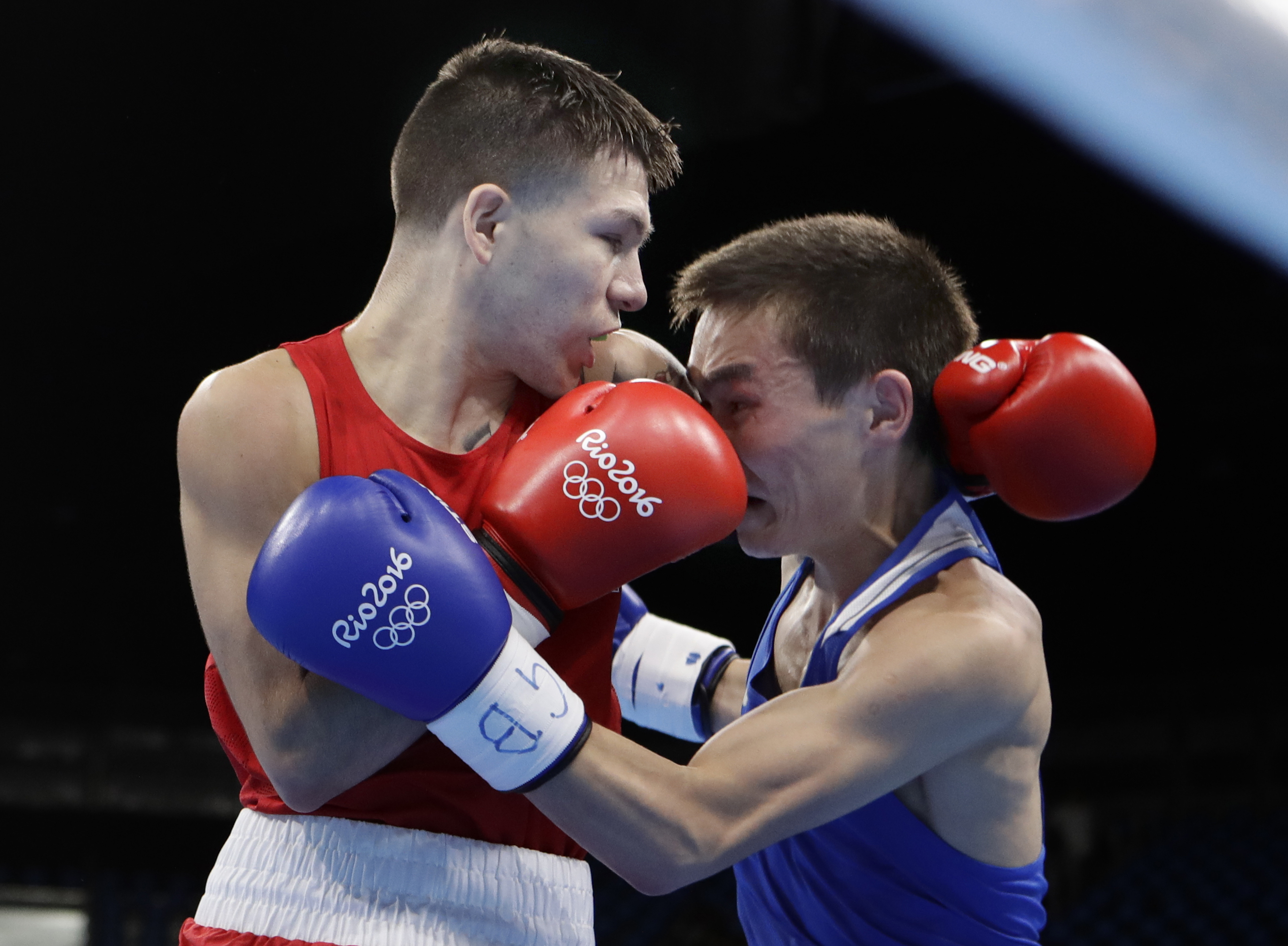 United States' Nico Miguel Hernandez, left, fights Russia's Vasilii Egorov during a men's light flyweight 49-kg preliminary boxing match at the 2016 Summer Olympics in Rio de Janeiro, Brazil, Monday, Aug. 8, 2016. (AP Photo/Frank Franklin II)