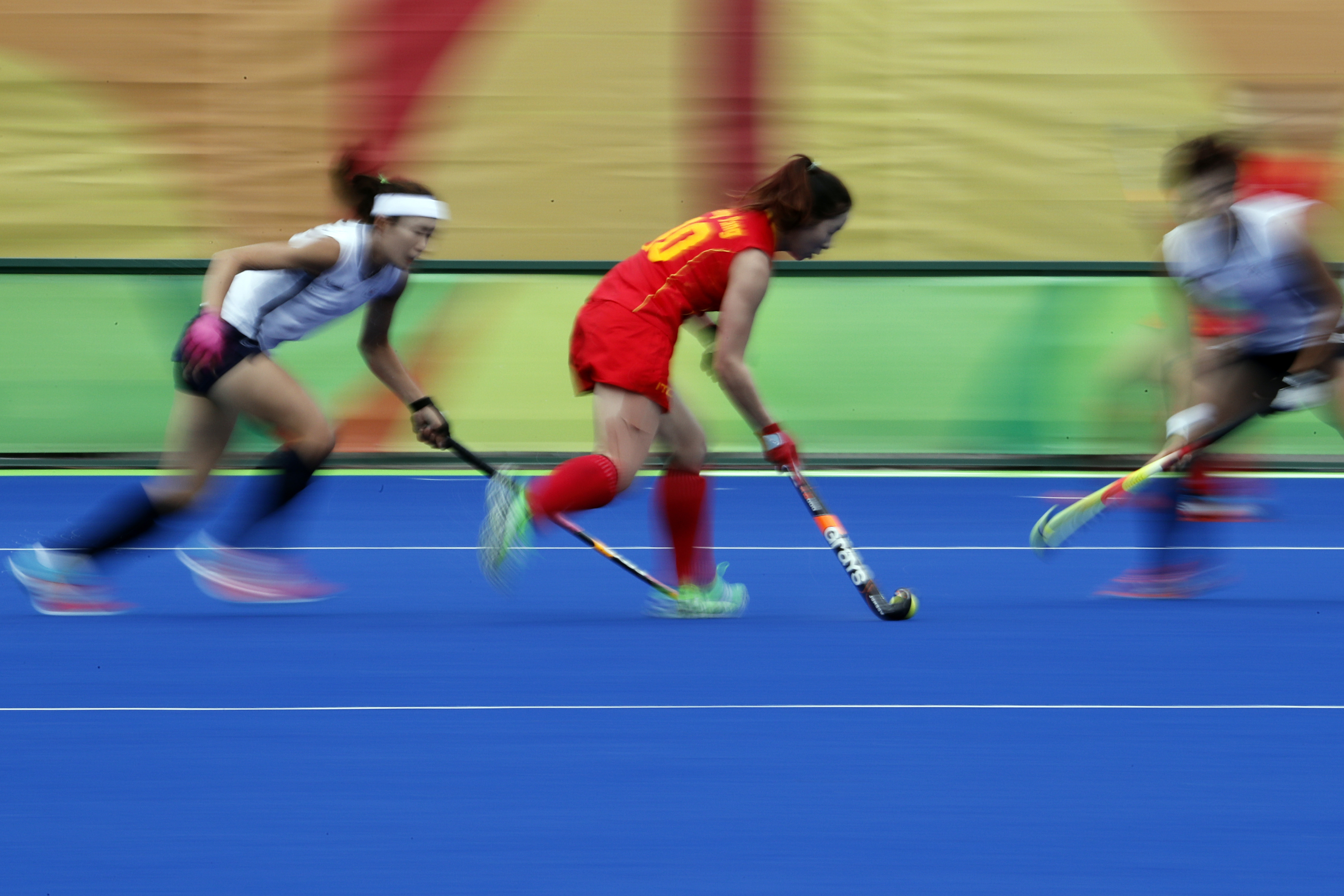 China's Yang Peng, center, tries to run past South Korea's defense during a women's field hockey match at the 2016 Summer Olympics in Rio de Janeiro, Brazil, Friday, Aug. 12, 2016. (AP Photo/Dario Lopez-Mills)