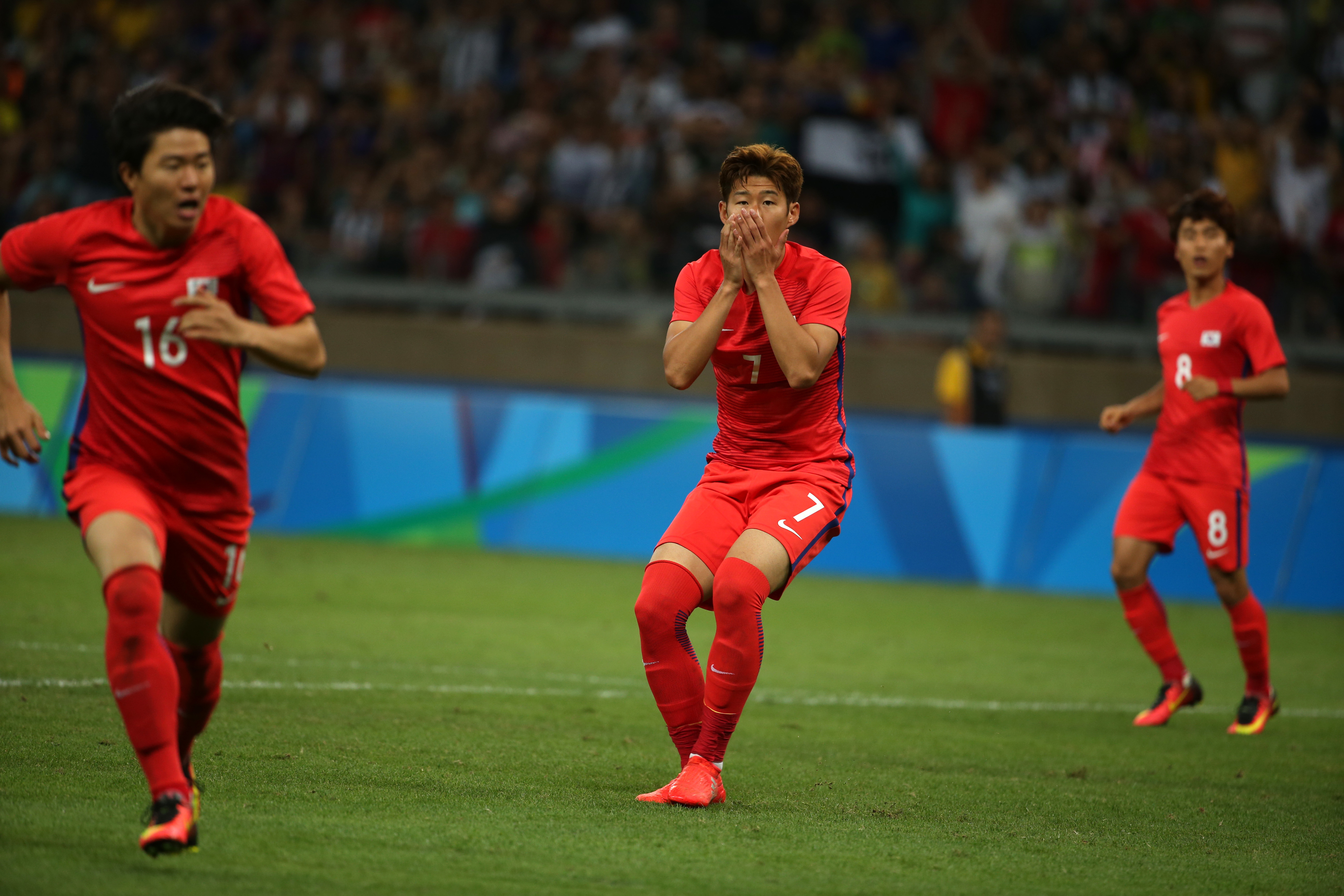Korea's Son Heungmin, center, covers his mouth as he reacts to a missed shot during a quarter finals match of the men's Olympic football tournament between South Korea and Honduras at the Mineirao Stadium in Belo Horizonte, Brazil, Wednesday, Aug. 13, 201