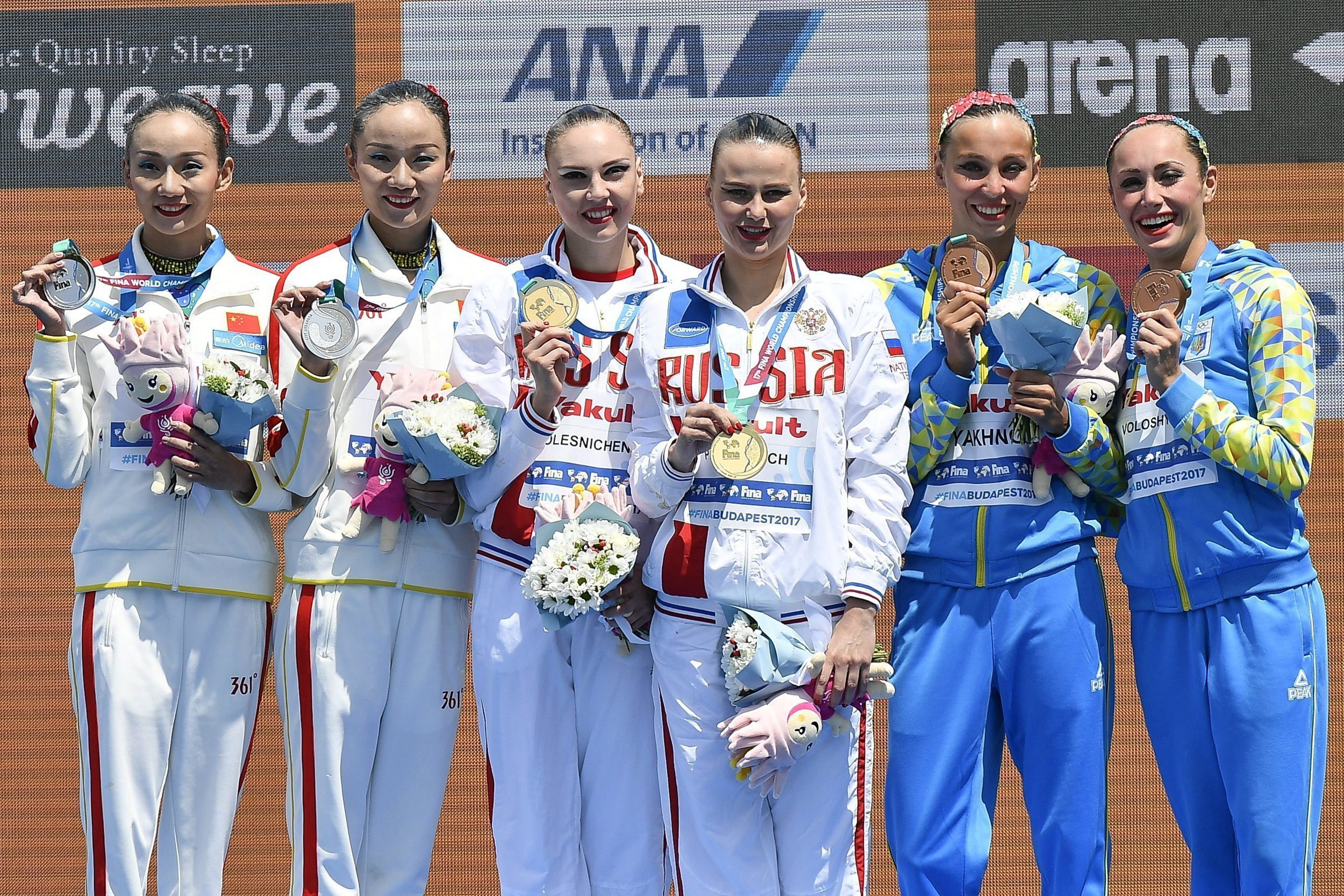 From left, silver medalists Tingting Jiang and Wenwen Jiang of China, gold medalists Svetlana Kolesnichenko and Alexandra Patskevich of Russia, and bronze medalists Yelyzaveta Yakhno and Anna Voloshyna of Ukraine pose with their medals during the medal ce