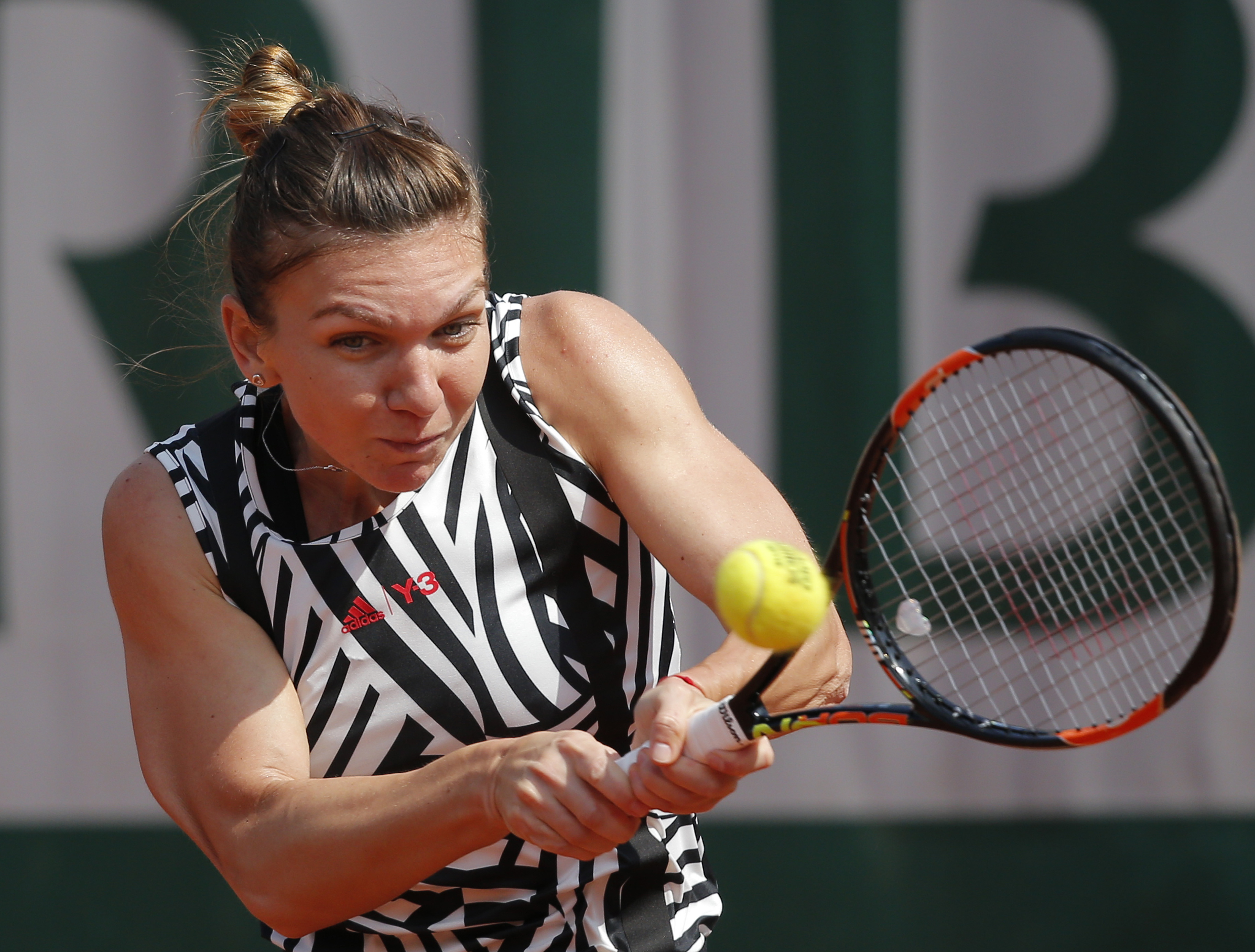 Romania's Simona Halep returns in her third round match of the French Open tennis tournament against Japans Naomi Osaka at the Roland Garros stadium in Paris, France, Friday, May 27, 2016. (AP Photo/Christophe Ena)