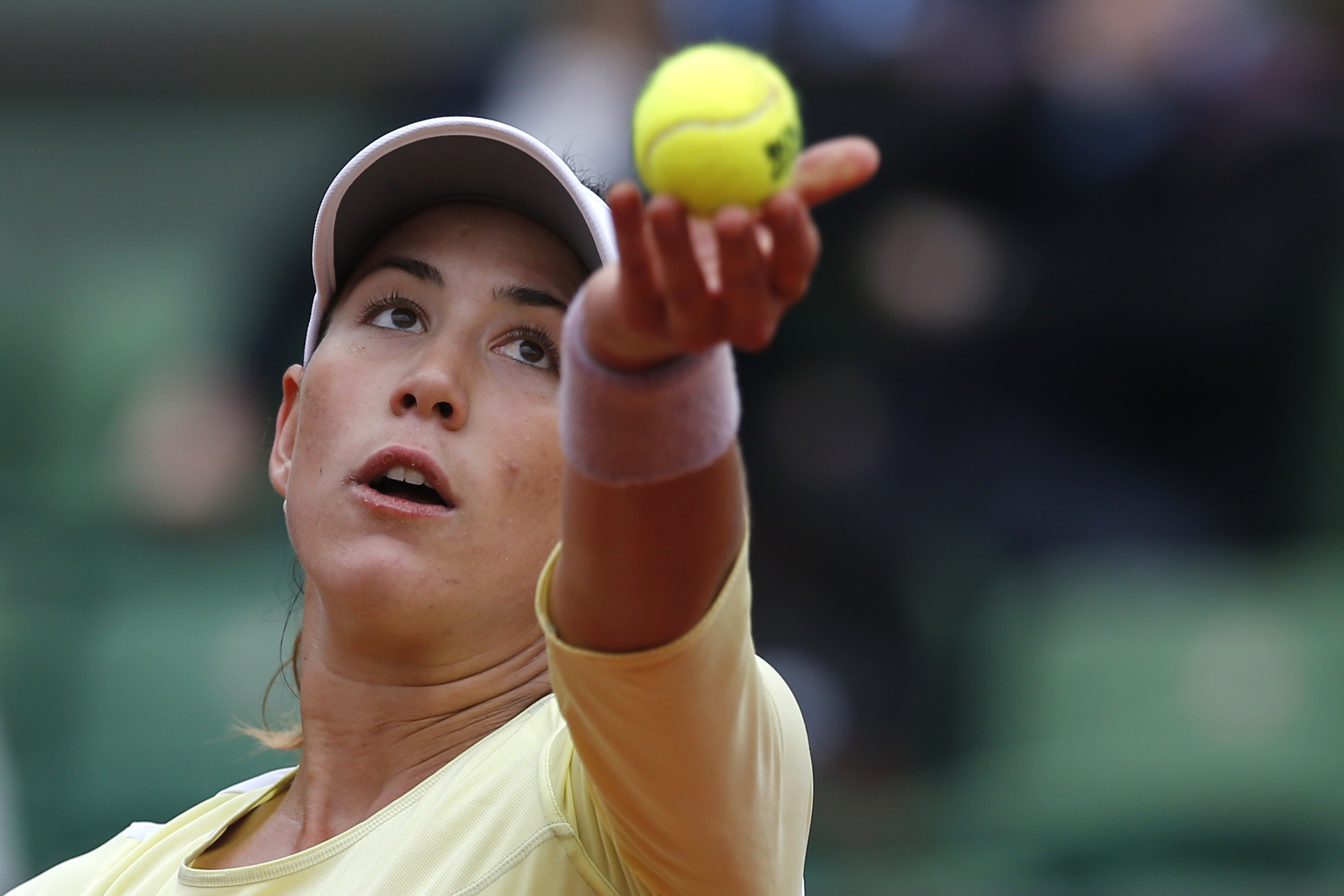 Spain's Garbine Muguruza serves the ball to Russia's Svetlana Kuznetsova during their fourth round match of the French Open tennis tournament at the Roland Garros stadium, Sunday, May 29, 2016 in Paris.  (AP Photo/Alastair Grant)