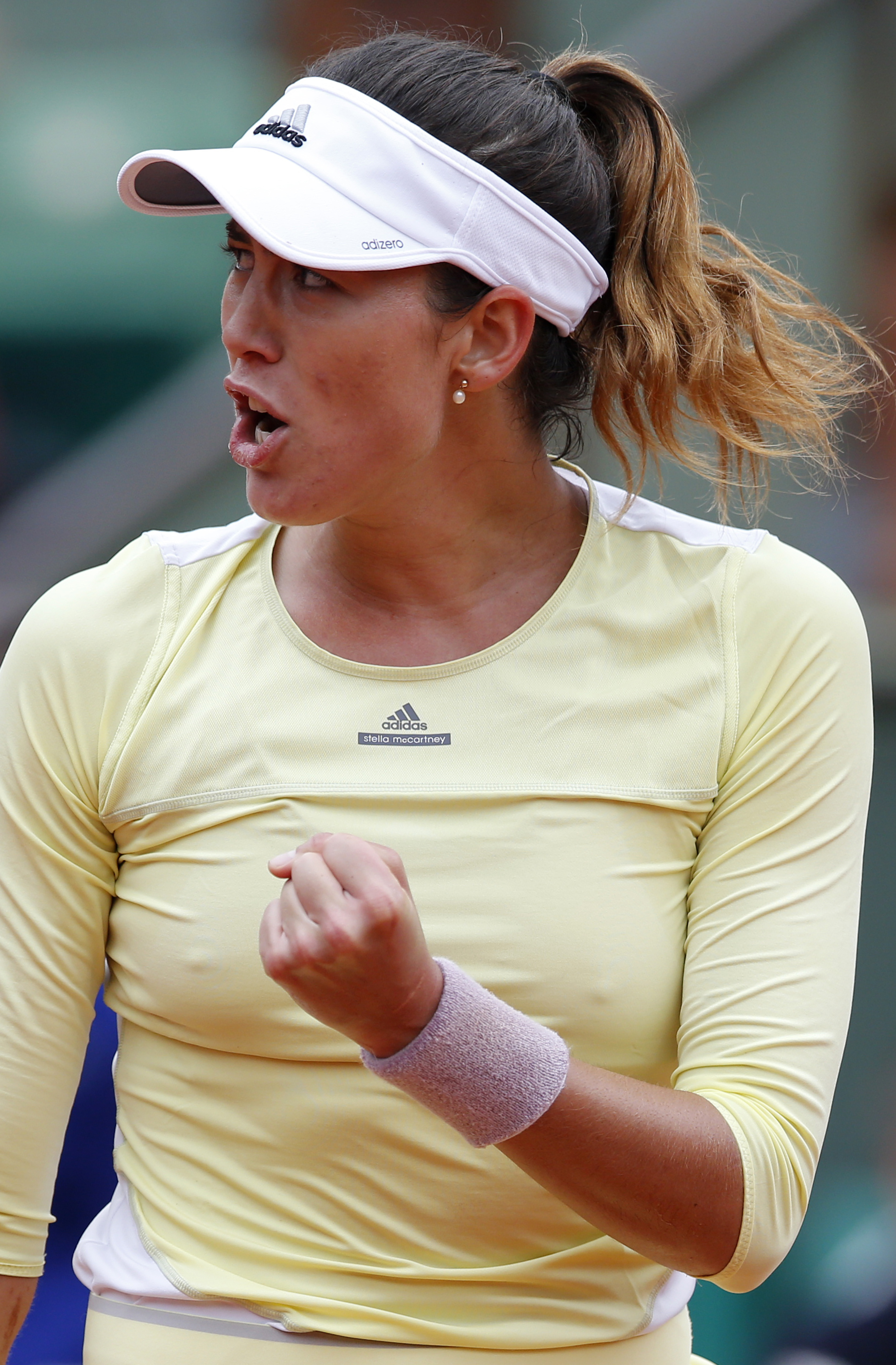Spain's Garbine Muguruza clenches her fist as she plays Russia's Svetlana Kuznetsova during their fourth round match of the French Open tennis tournament at the Roland Garros stadium, Sunday, May 29, 2016 in Paris.  (AP Photo/Alastair Grant)