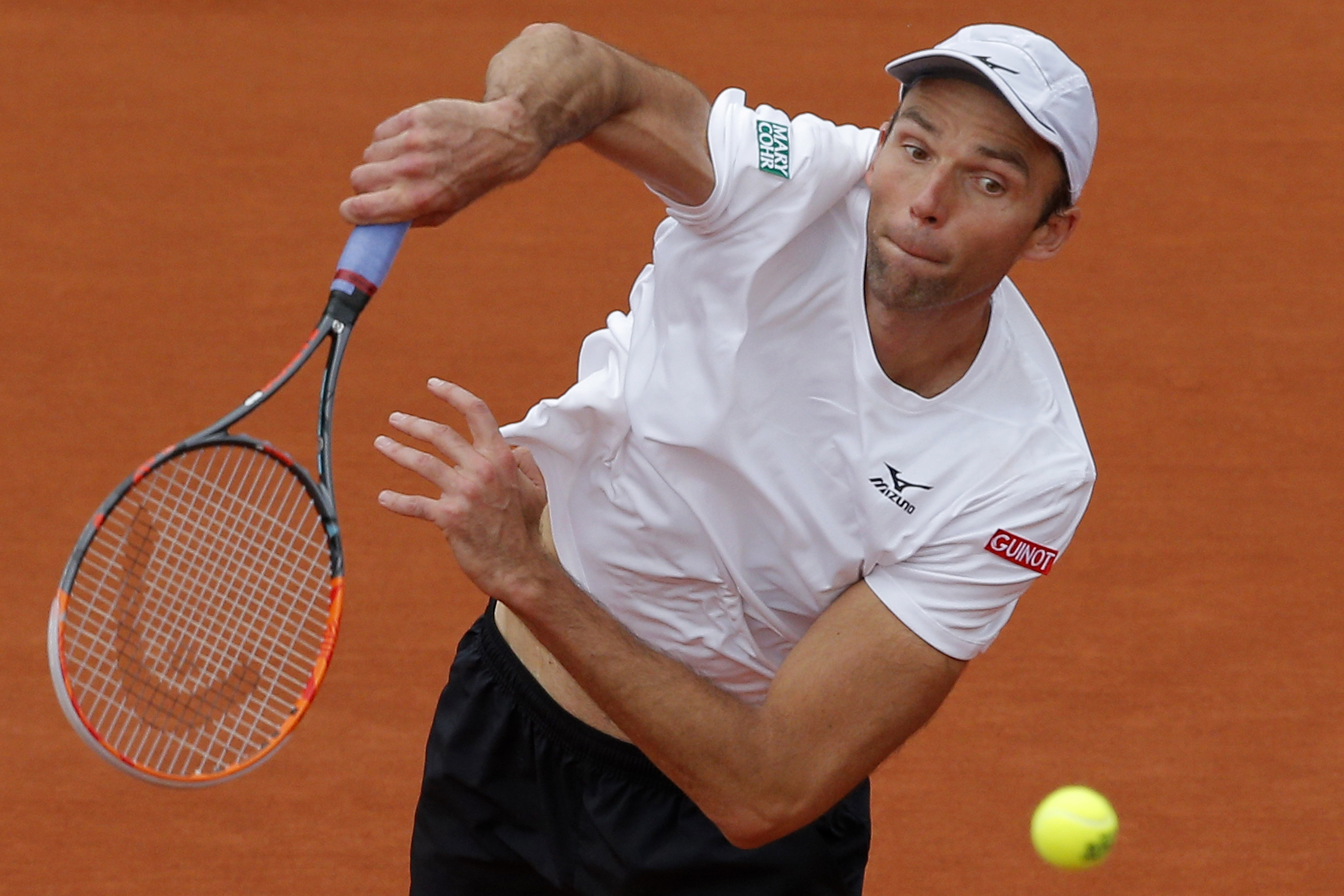 Croatia's Ivo Karlovic serves the ball to Britain's Andy Murray during their third round match of the French Open tennis tournament at the Roland Garros stadium, Friday, May 27, 2016 in Paris. (AP Photo/Christophe Ena)