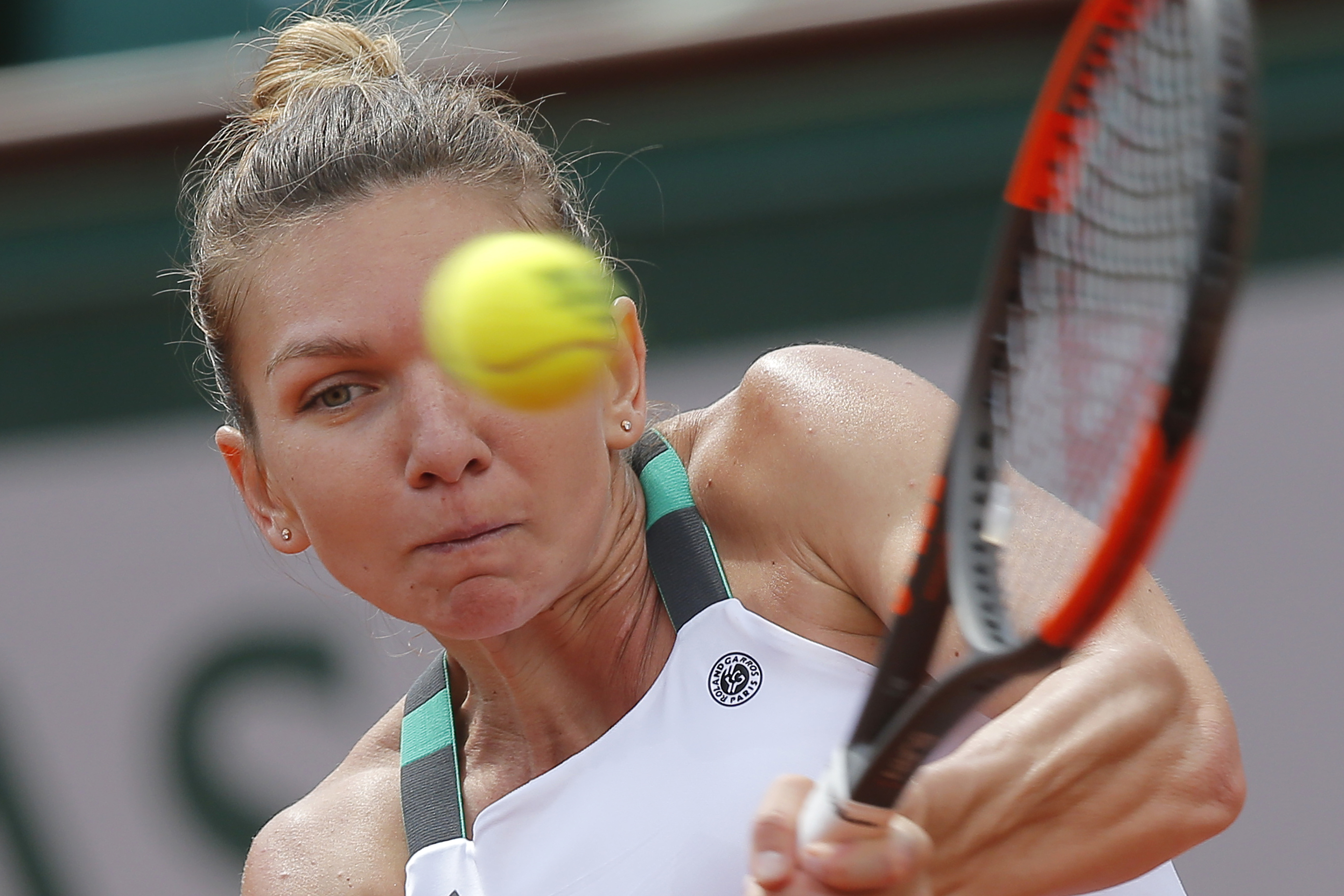 Romania's Simona Halep plays a shot against Spain's Carla Suarez Navarro during their fourth round match of the French Open tennis tournament at the Roland Garros stadium, in Paris, France. Monday, June 5, 2017. (AP Photo/Michel Euler)