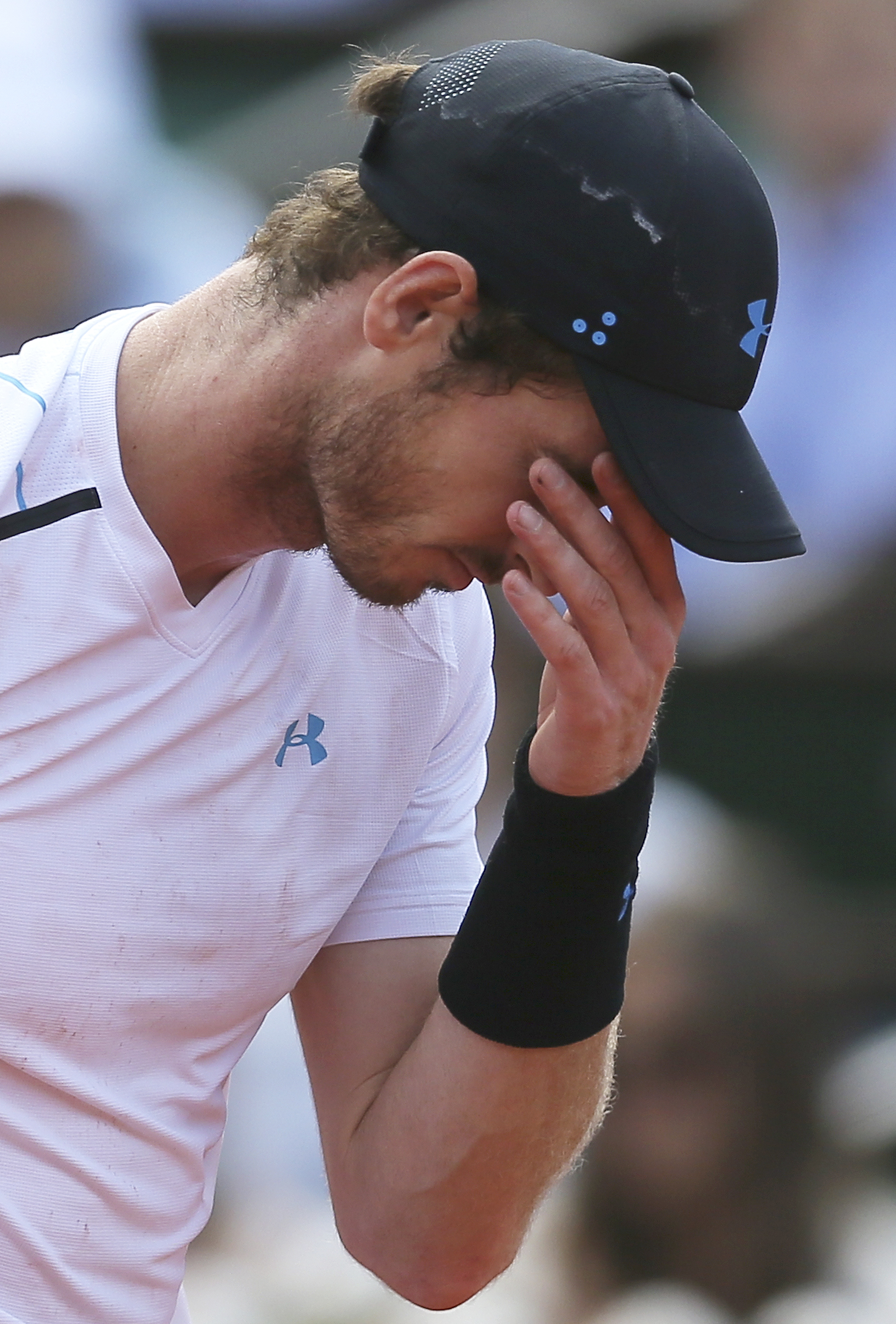 Britain's Andy Murray reacts as he plays Switzerland's Stan Wawrinka during their semifinal match of the French Open tennis tournament at the Roland Garros stadium, Friday, June 9, 2017 in Paris. (AP Photo/David Vincent)