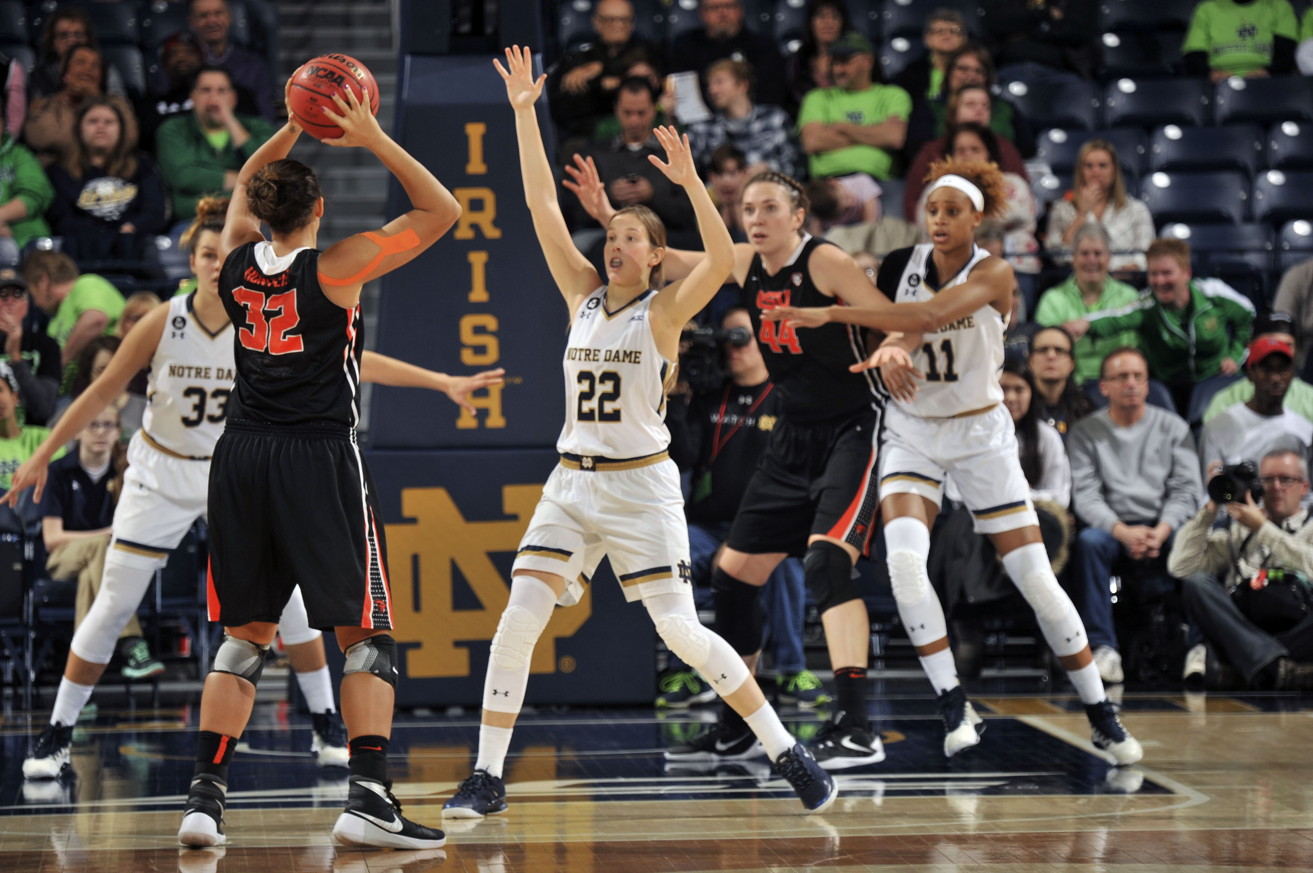 Oregon State forward Deven Hunter throws a pass around Notre Dame guard Madison Cable (22), Oregon State center Ruth Hamblin (44) and Notre Dame forward Brianna Turner (11) during the first half of an NCAA college basketball game, Monday Dec. 28, 2015 in