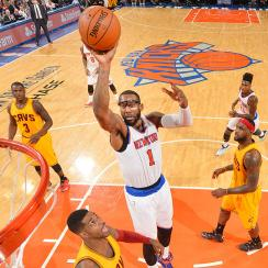 Knicks forward Amar'e Stoudemire posterizes Anderson Varejao.