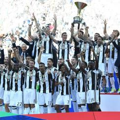 Juventus lifts the Serie A trophy