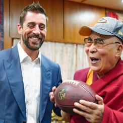 Packers' Aaron Rodgers meets Dalai Lama in India (photo)