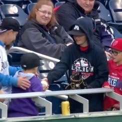 Nationals vs Rockies: Fans trade home run balls (video)
