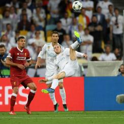 Gareth Bale scores in the Champions League final