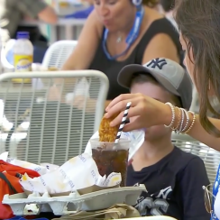 Fan at US Open dips chicken finger in soda (video)