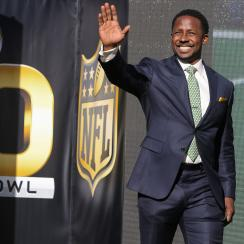 fans try to convince desmond howard to root for green bay