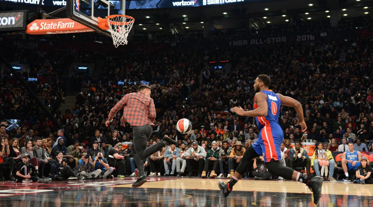Steve Nash assisted at the NBA Dunk Contest, with his feet