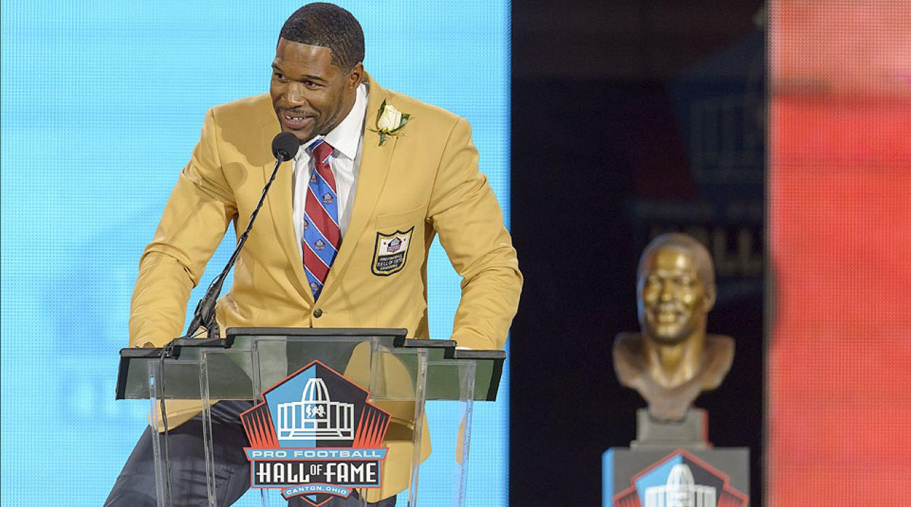 Michael Strahan entertains the crowd with his Hall of Fame induction speech