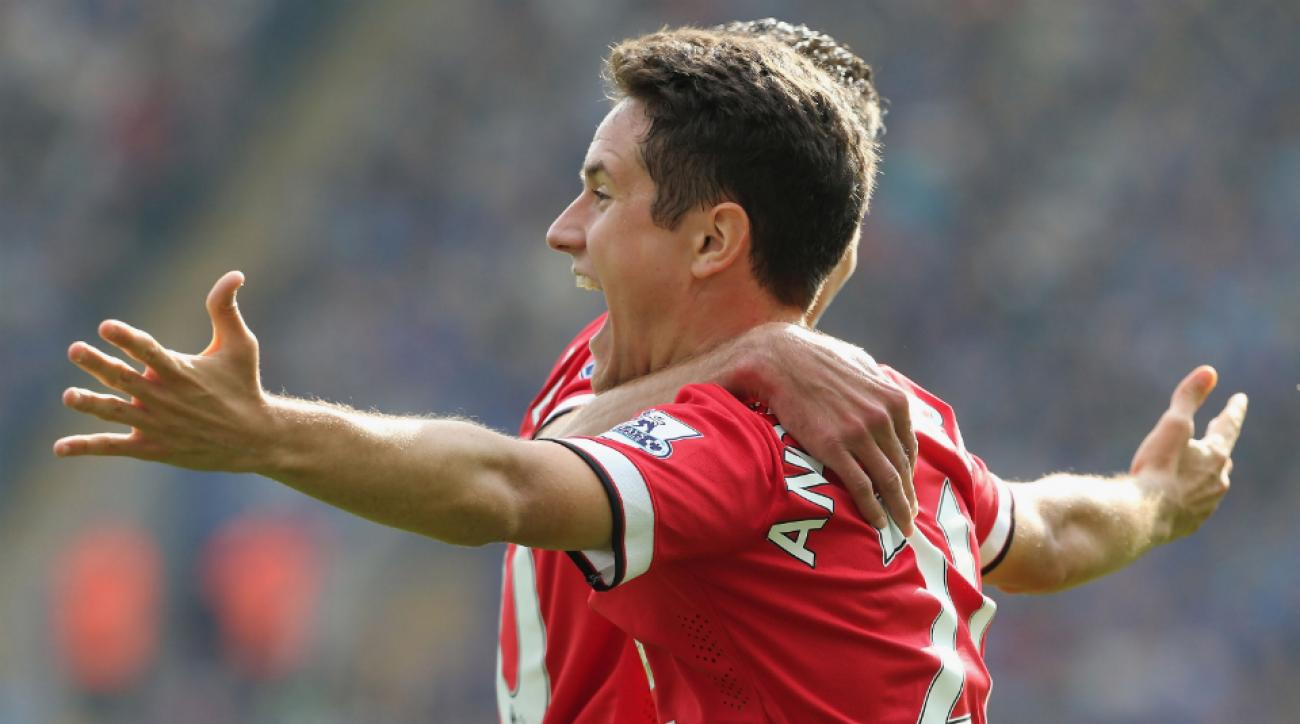 Manchester United midfielder Ander Herrera fractured rib
