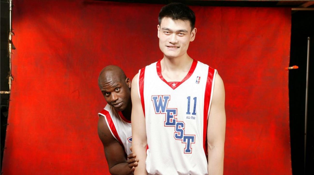 shaq looks small next to yao ming sicom