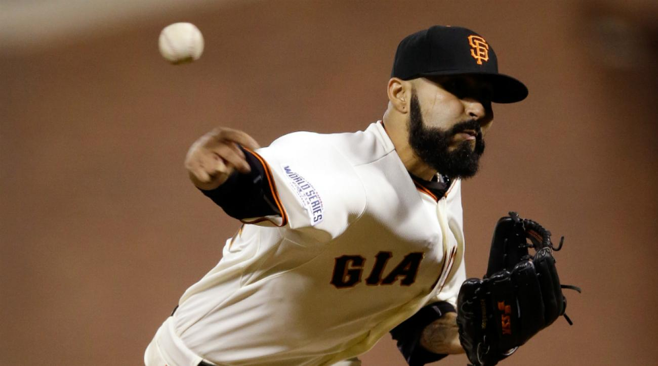 Sergio Romo signs with Giants