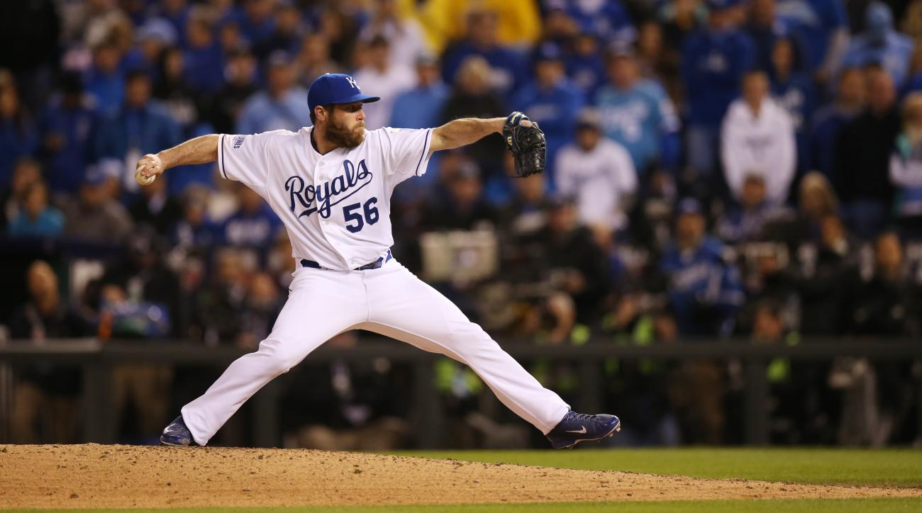 Greg Holland signs contract with Royals