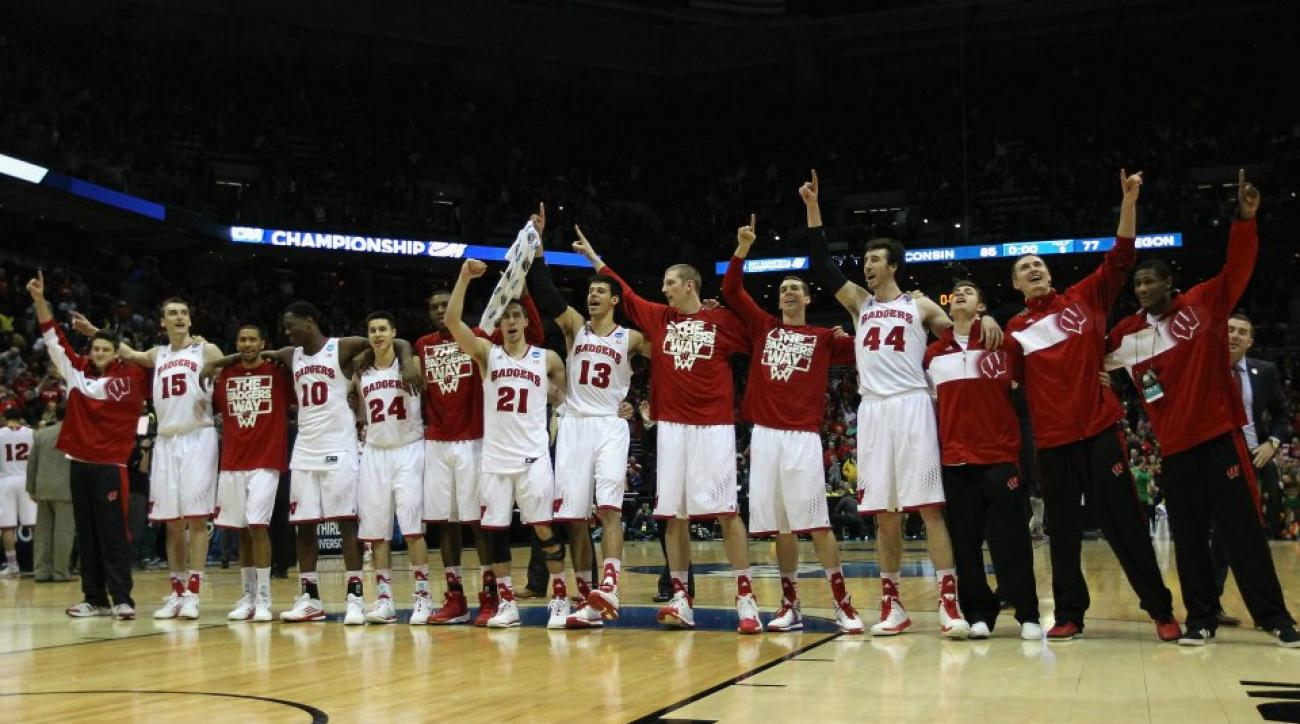 Wisconsin players practice diving off raised court
