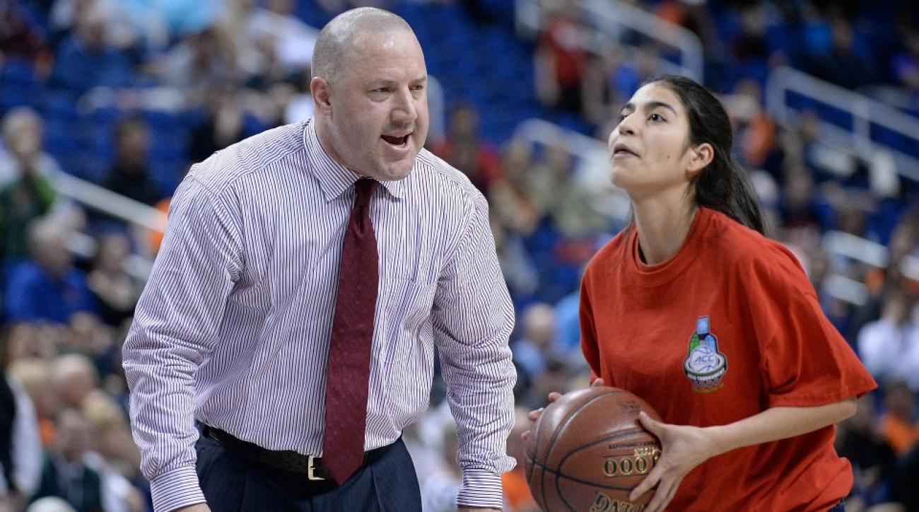 Buzz Williams coaches shooting contest during crucial timeout