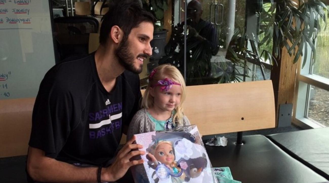 Kings' Omri Casspi gives fan a Frozen doll