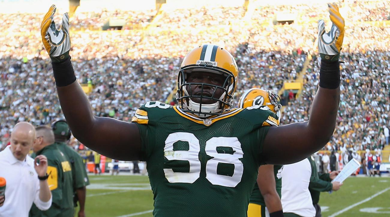 Letroy Guion has re-signed with the Packers.