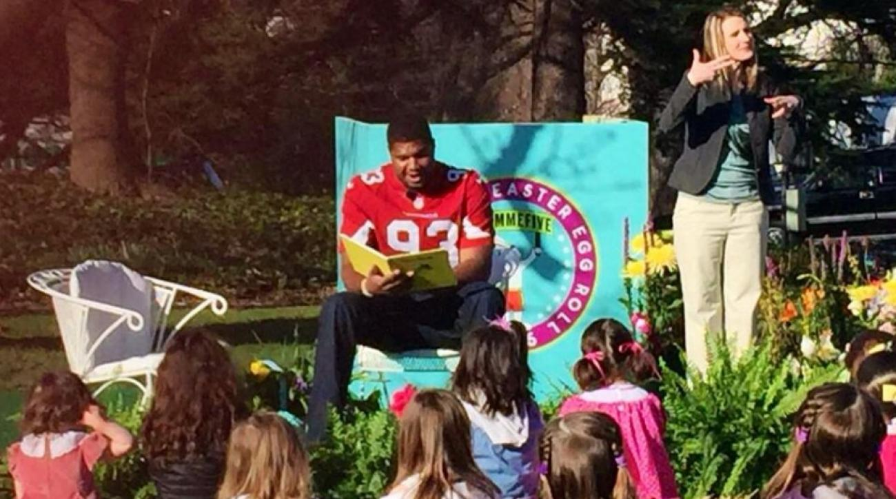 Cardinals' Calais Campbell reads to kids on White House Lawn