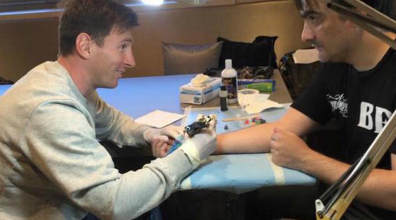 Lionel Messi tattooed his tattoo artist