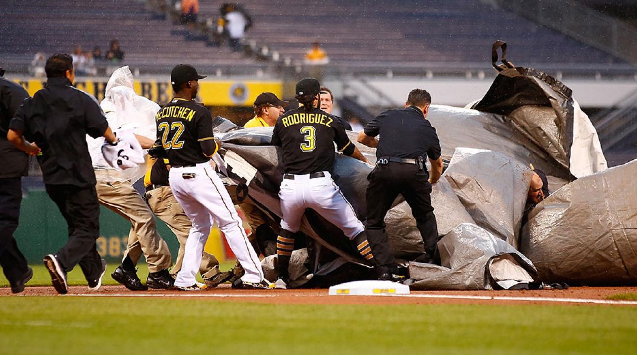 Pirates Andrew McCutchen helps grounds crew tarp
