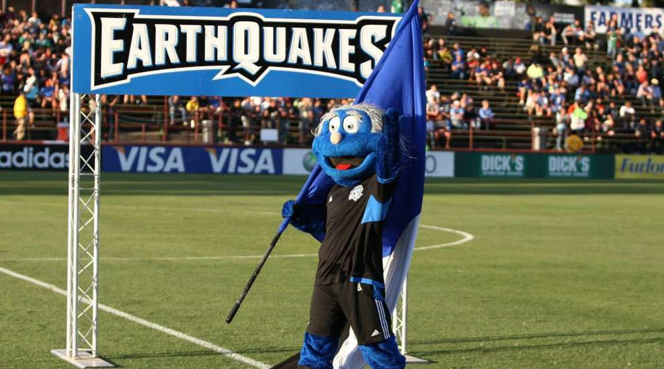 San Jose Earthquakes mascot fights Club America players, pitch invader
