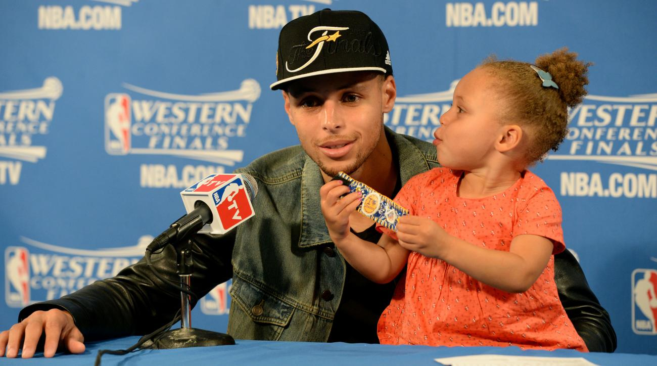 riley curry baby sister kiss photo steph curry