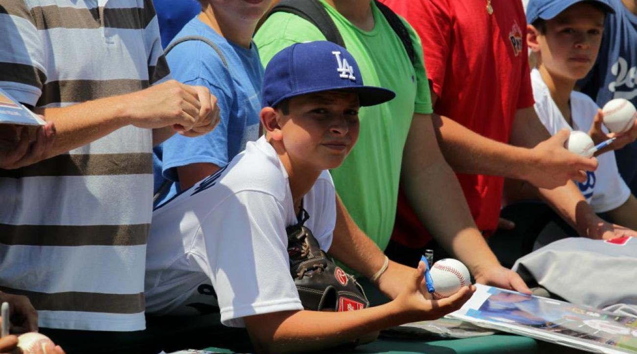 Los Angeles Dodgers fan throws back foul ball