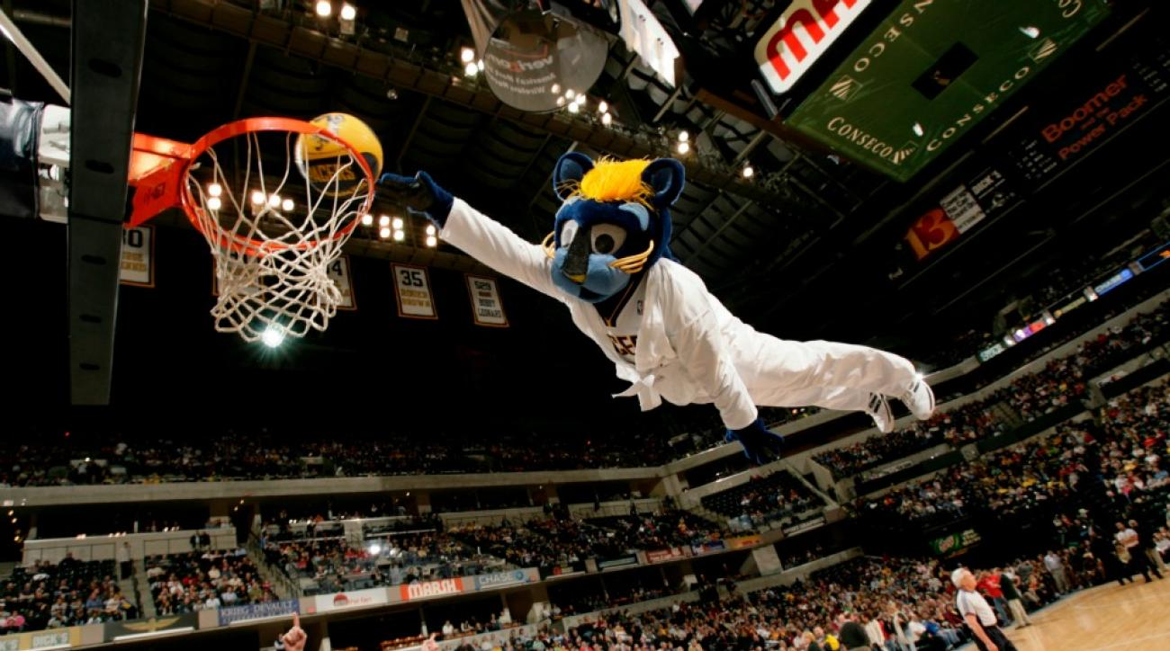 Pacers mascot's head fell off during dunk attempt