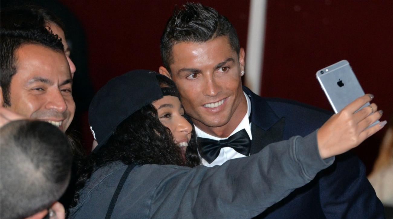 Cristiano Ronaldo attempts to break The Rocks selfie world record