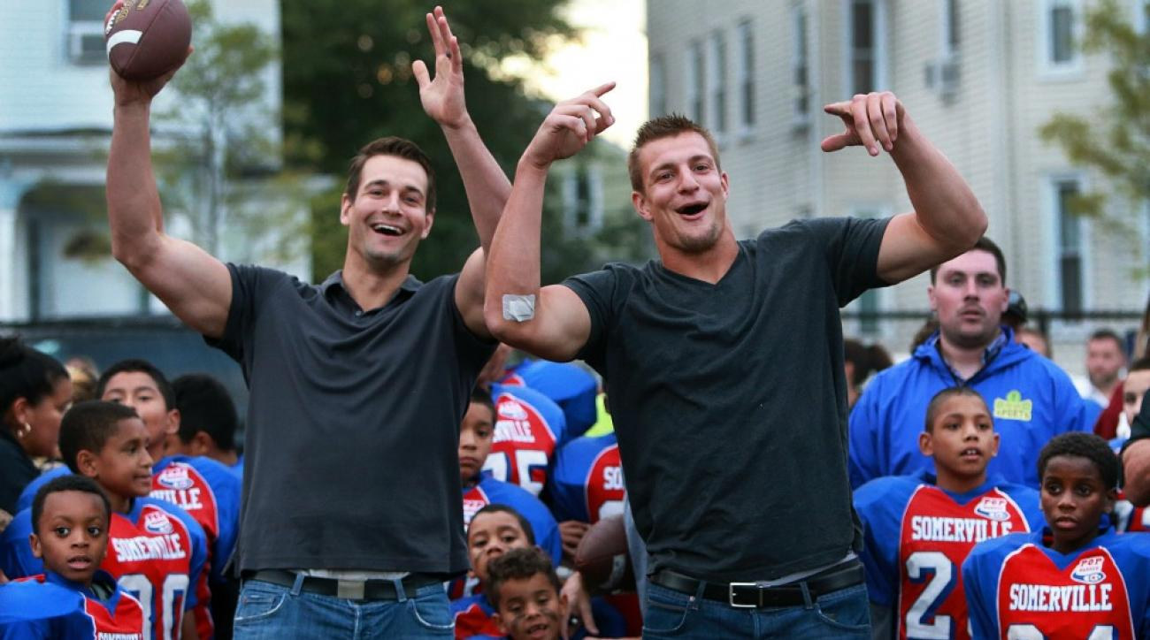 New England Patriots' Rob Gronkowski and his brother share a bunk bed in Visa spot