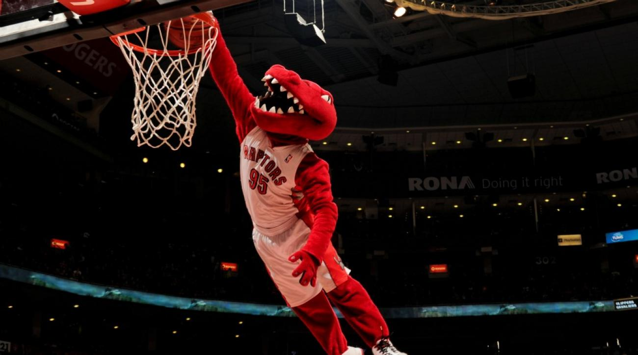 Toronto Raptors mascot flashes John Wall with Bikini during free throws