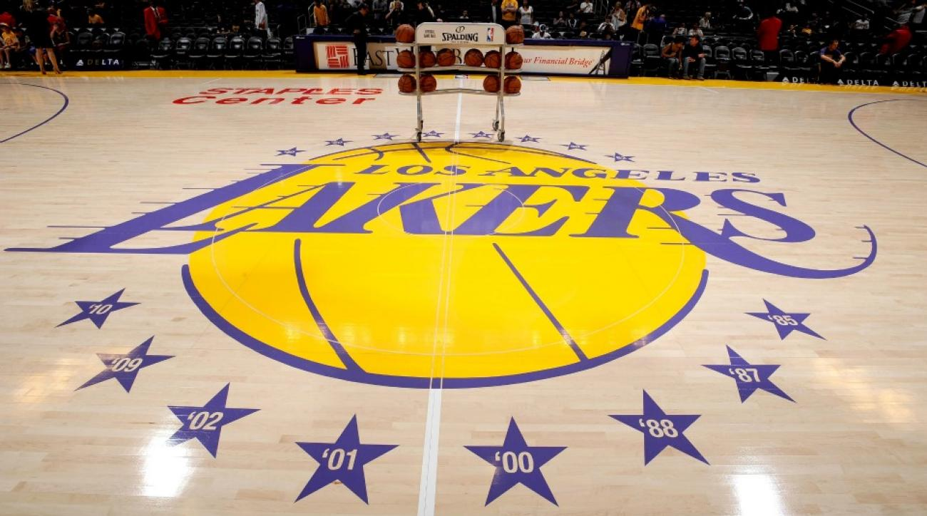 Los Angeles Lakers fan makes half court shot for $95,000