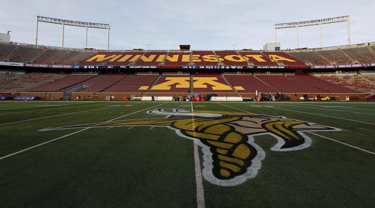 tcf-bank-stadium-series-nhl-wild-blackhawks