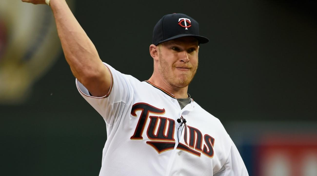 Vikings' Kyle Rudolph announces twins at Twins game